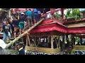 Homem morre esmagado pelo caixão de sua mãe, na Indonésia