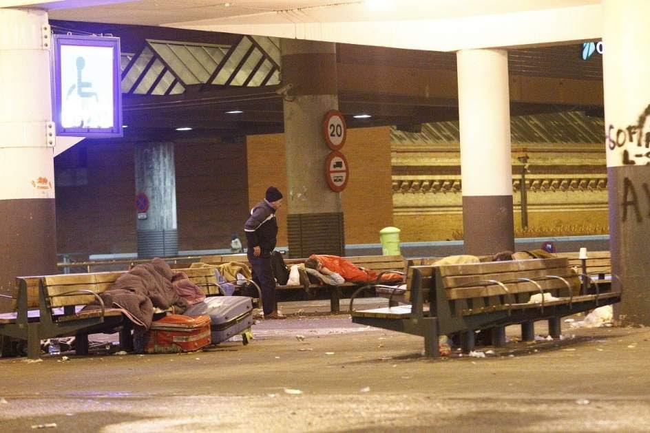 Resultado de imagen de indigentes madrileños durmiendo en las calles de madrid