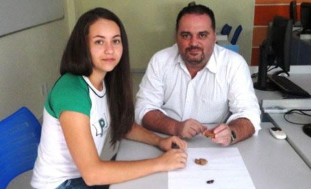 Marcio e a aluna Bianca, que ficou em 3º lugar no Prêmio Jovem Cientista em 2012 (Foto: Divulgação)