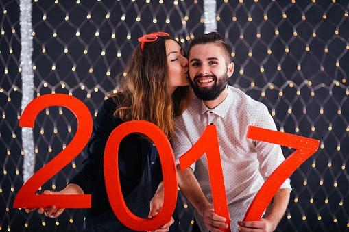 Abrazar a alguien del sexo opuesto, cábala de Año Nuevo.