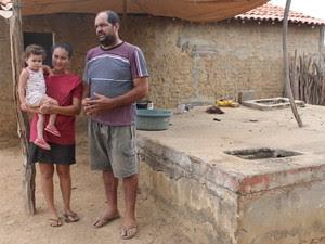 Germerson diz que há 1 ano não chega água onde mora (Foto: Taisa Alencar / G1)