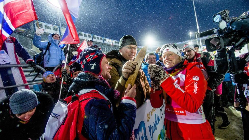 POPULÆR: Tora Berger blir gratulert av fans etter seieren 10 km jaktstart i VM i skiskyting i Nove Mesto  i dag. Foto: NTB scanpix