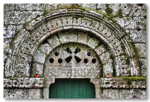 Tímpano do portal do Mosteiro de Santa Maria das Júnias by VRfoto