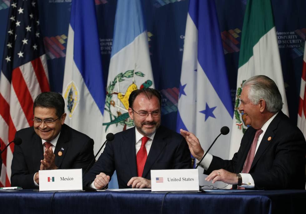 El secretario de Estado Tillerson (derecha) con el canciller de México y el presidente de Honduras, este jueves en Miami.