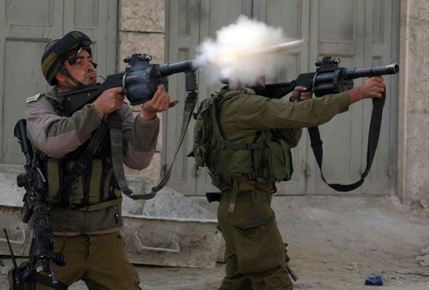 Soldados israelenses disparam bombas de gás em protesto na vila de Beit Omar (Foto: AFP)