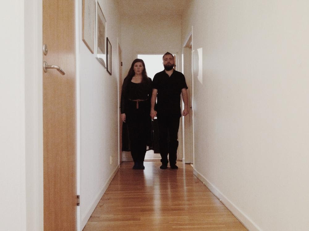 """David Sandberg y su mujer Lota Losten en el """"misterioso"""" pasillo de su casa, donde se grabó el corto"""