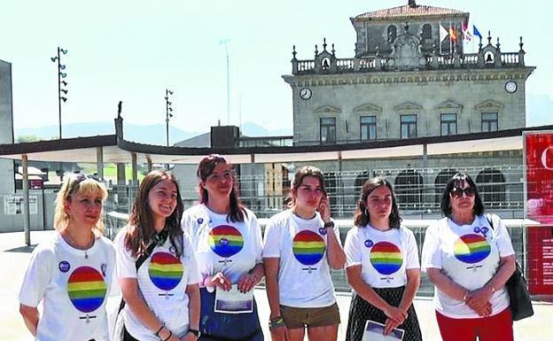Representantes del movimiento feminista de la ciudad luciendo camisetas con el símbolo del orgullo LGTBI. /