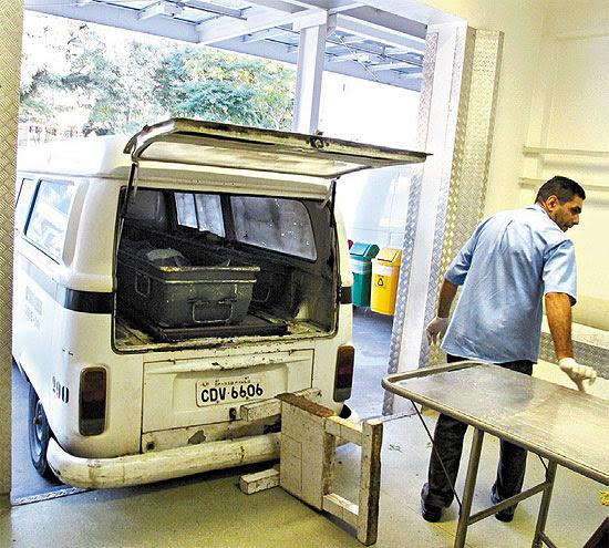 Kombi, sem refrigeração, é usada para transportar corpos