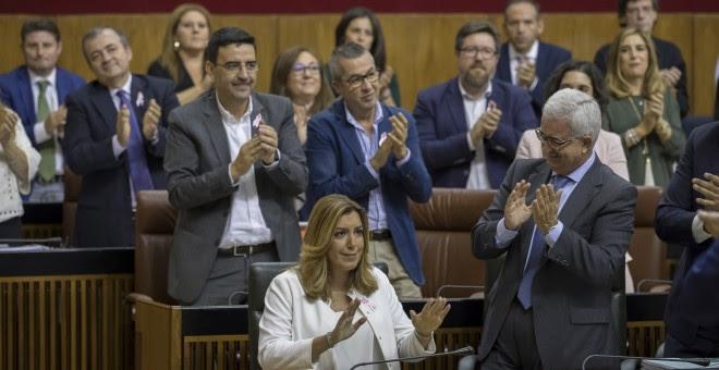 La presidenta andaluza, Susana Díaz, es apludida por el grupo socialista en el Parlamento regional en Sevilla tras su discurso en el debate sobre el estado de la comunidad, el primero que se celebra en Andalucía con la participación de cinco grupos parlam