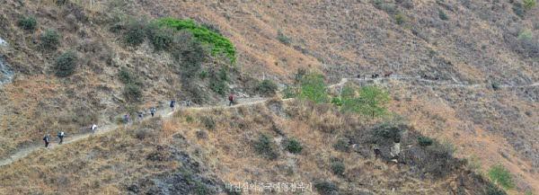 단 하나의 길을 따라 협곡으로 진입 한다. 중국인보다 외국인 여행자가 더 많았다.