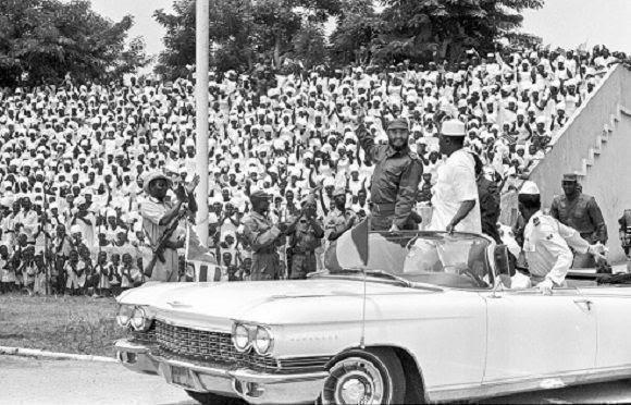 """Fidel Castro durante su visita a Guinea, en el acto en honor a la delegación cubana, en el estadio """"28 de septiembre"""". Lo acompaña Ahmed Sekou Touré, presidente de ese país y Agosthino Neto, presidente del Movimiento para la Liberación de Angola, el 5 de mayo de 1972. Foto: Sitio Fidel Soldado de las Ideas."""