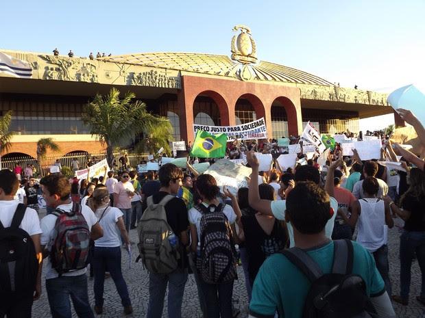 Manifestantes reivindicaram melhorias no transporte e na infraestrutura de Palmas (Foto: Monique Almeida/G1)