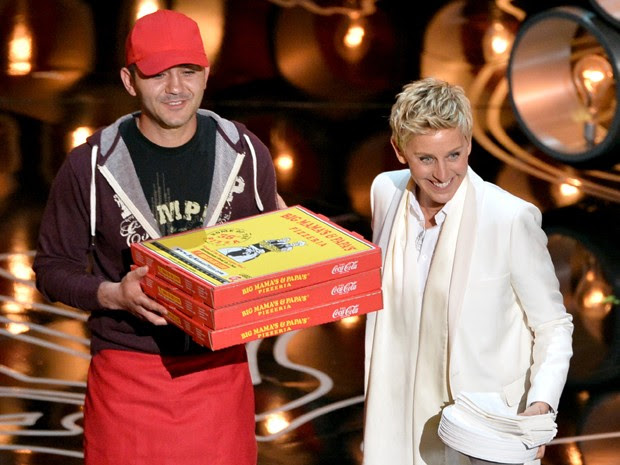 Entregador de pizza participa da cerimônia do Oscar ao lado da anfitriã, Ellen DeGeneres (Foto: KEVIN WINTER / GETTY IMAGES NORTH AMERICA / AFP)