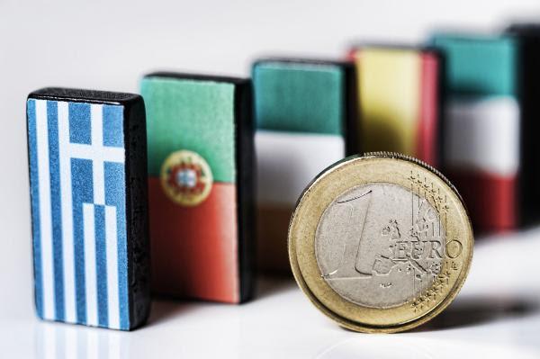 Fichas de dominó con las banderas de los países en dificultades durante la crisis del euro, como símbolo del efecto dominó ©BELGA_AGEFOTOSTOCK