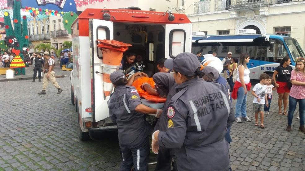Um dos feridos sendo socorrido pelos bombeiros e Samu (Foto: Corpo de Bombeiros/Divulgação)