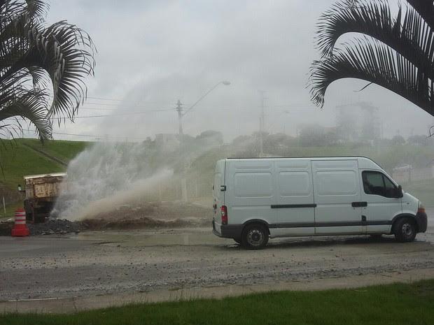 Água foi desperdiçada após rompimento da adutora (Foto: Vanguarda Repórter/Maykon Carvalho)