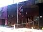 Um incêndio de grandes proporções em uma casa noturna ocorreu na madrugada deste domingo em Santa Maria (RS). O incidente, que começou por volta das 2h30, ocorreu na Boate Kiss, na rua dos Andradas, no centro da cidade. Segundo um segurança que trabalhava no local no momento do incêndio, muitas pessoas foram pisoteadas. Por volta das 10h40, foi encerrada a remoção dos corpos das vítimas em um caminhão da Brigada Militar. Eles foram levados para um ginásio da região central onde será feito o reconhecimento. O Corpo de Bombeiros acredita que o fogo teria iniciado com um sinalizador Foto: Daniel Favero / Terra