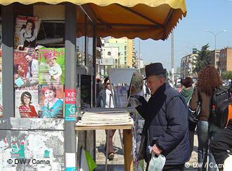 Mann steht an einem Zeitungskiosk in Albanien  (Foto: Aida Cama/DW)