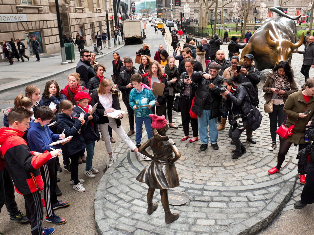 Erigem estátua de uma menina intrépida bem em frente ao touro de Wall Street 03