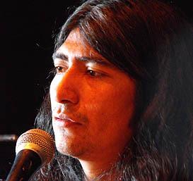 Artista visual, músico, poeta e intérprete de mapudungun: Víctor Cifuentes.