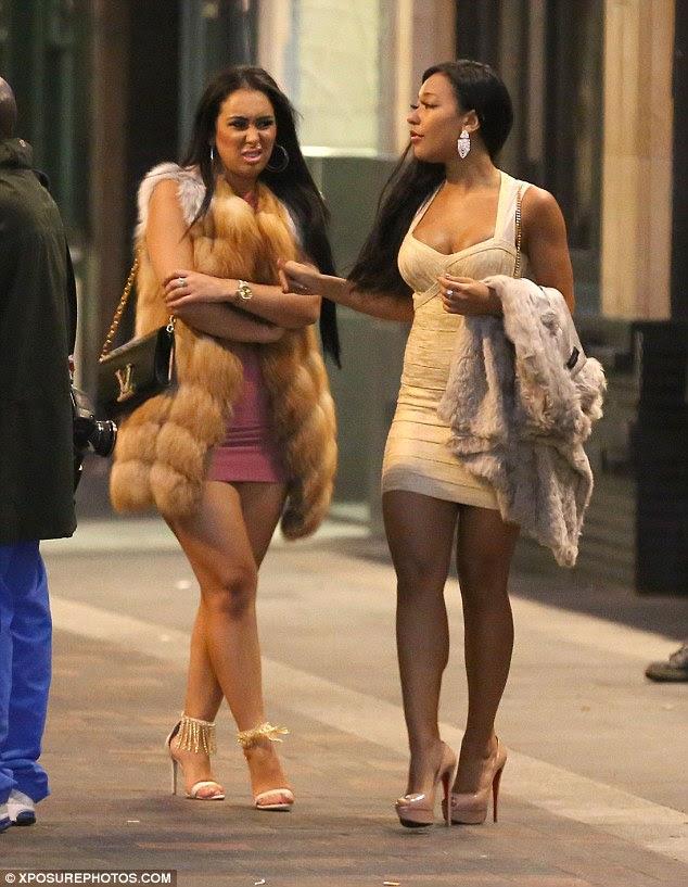 Escolhidos: Duas mulheres que faziam parte de um grupo que acompanha Sprint estrela parafuso de volta para o hotel depois de deixar o clube Soho em um táxi separado