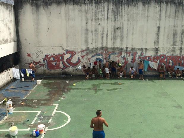 Presos da Penitenciária Estadual de Parnamirim estão livres no pavilhão (Foto: Divulgação/OAB RN)