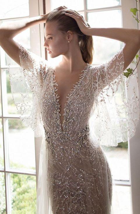 all-sparkling silver brautkleid mit breiten flowy ärmel und tiefem Ausschnitt machen eine Aussage