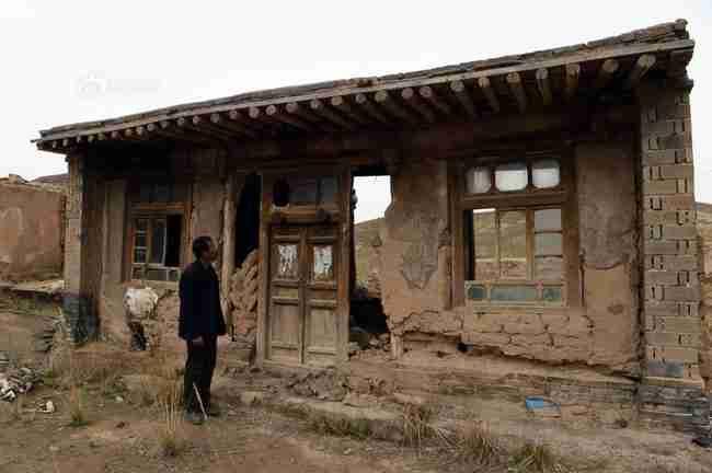 Ο άντρας που έμεινε μόνος του στο χωριό για να φροντίσει την ηλικιωμένη μητέρα του..
