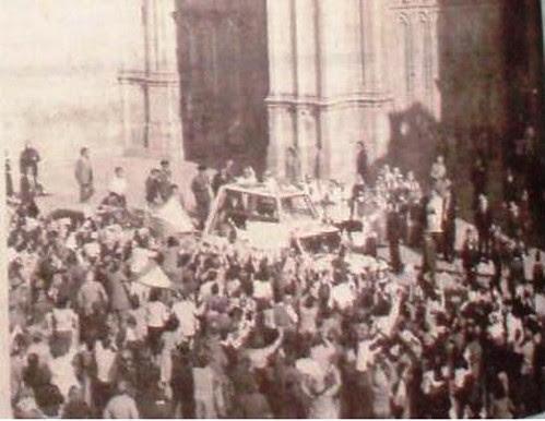 El Papamovil con Juan Pablo II llega a la Catedral de Toledo. 4 de noviembre de 1982. Foto La Voz del Tajo