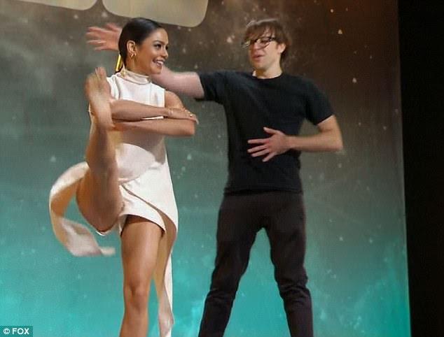 Pontapé alto: o bolo da série High School Musical puxou uma perna com os braços cruzados
