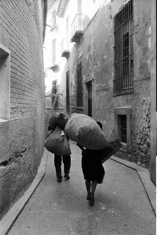 Mujeres acarreando sacos en una calle de Toledo en septiembre de 1962. Fotografía de Harry Weber. Österreichische Nationalbibliothek