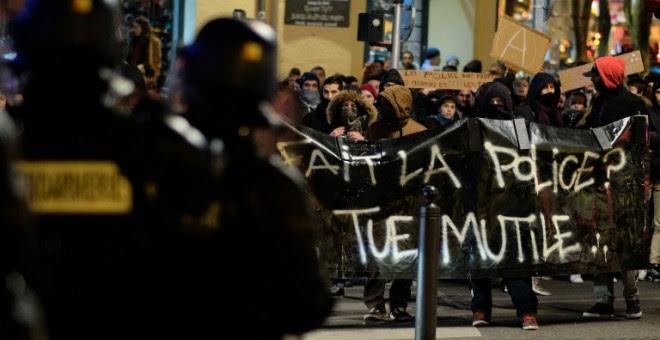 Gendarmes franceses toman posiciones ante una protesta contra la violencia policial. - AFP