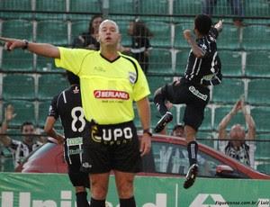 Heber Roberto Lopes apita Figueirense x Chapecoense (Foto: Luiz Henrique / FFC)