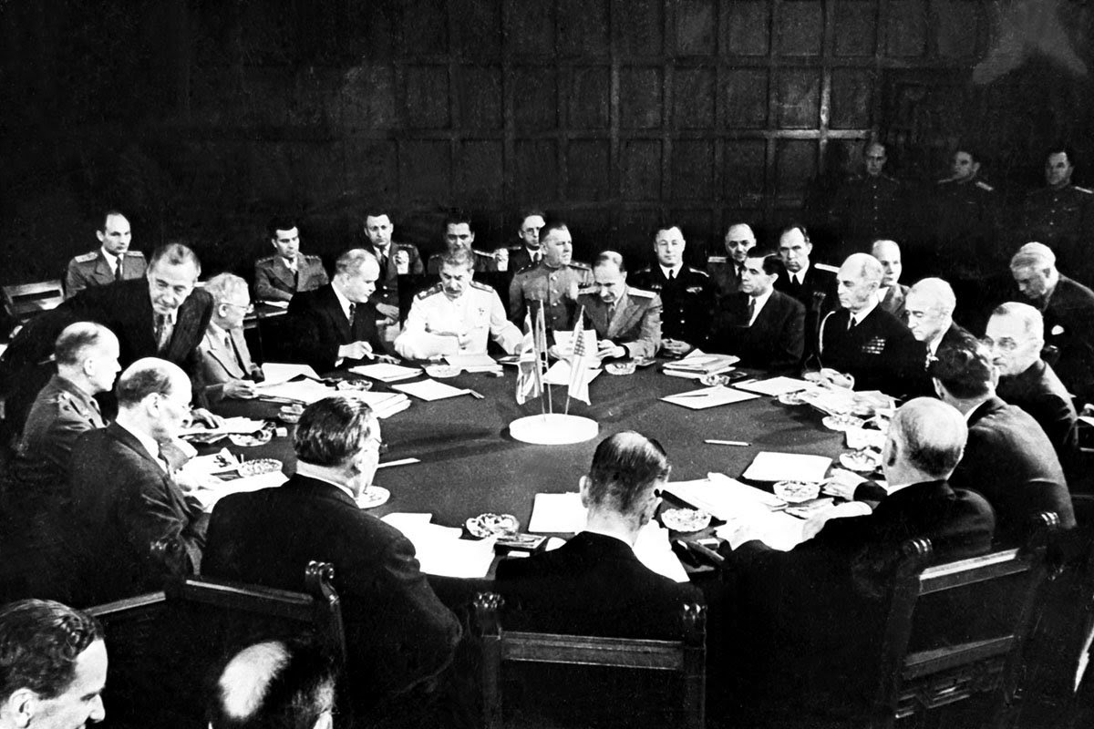 File:Bundesarchiv Bild 183-R67561, Potsdamer Konferenz, Konferenztisch.jpg