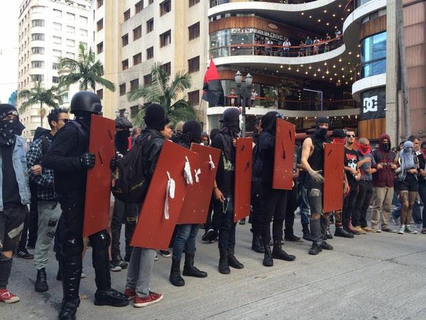 Mascarados vão à frente da manifestação. Grupo passa em frente da Galeria do Rock, no Centro. (Foto: Glauco Araújo/G1)