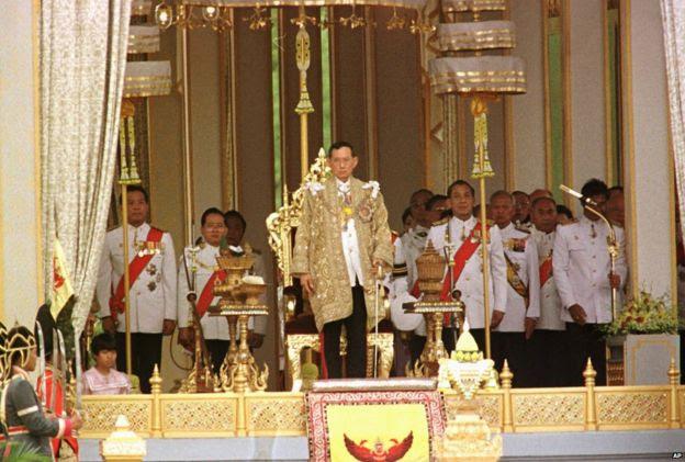 Quốc vương Bhumibol Adulyadej chuẩn bị phát biểu tại Lễ kỷ niệm 60 năm trị vì tại Sanam Luang ở Bangkok, 1996