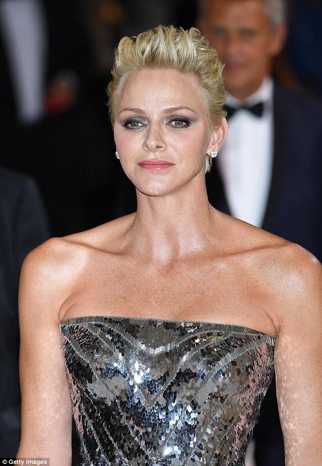 Sensação de prata: a beleza de 39 anos foi acompanhada por seu belo marido, o príncipe Albert II, que parecia arrojado em um blazer branco com uma gola vermelha, enquanto ela usava um terno de prata sensacional com uma cintura e um espartilho desossado