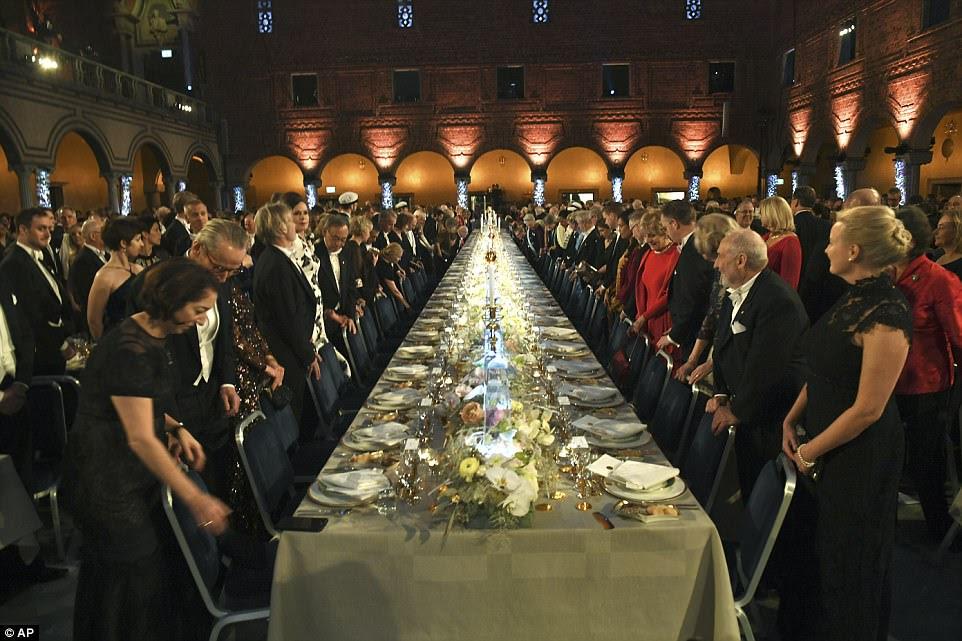 Convidado preparado para tomar seus assentos na lindamente preparada Mesa de Honra no Banquete Nobel realizada na Prefeitura de Estocolmo