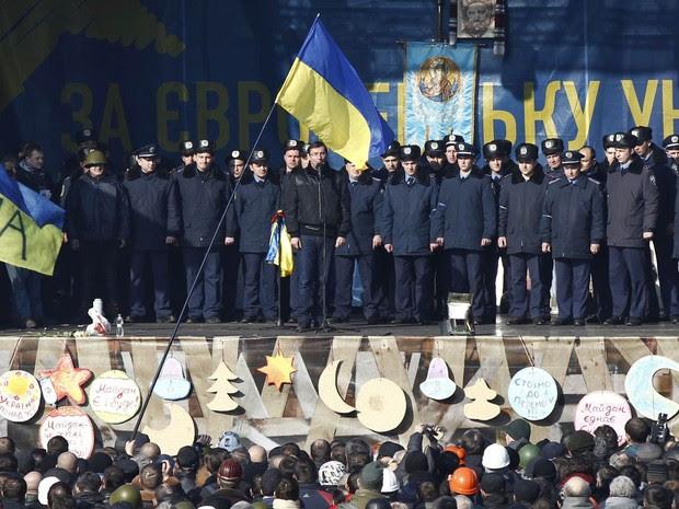 21/2 - Policiais de Lviv se apresentam na Praça da Independência, em Kiev, ao se juntarem a manifestantes para protestar contra o governo (Foto: David Mdzinarishvili/Reuters)