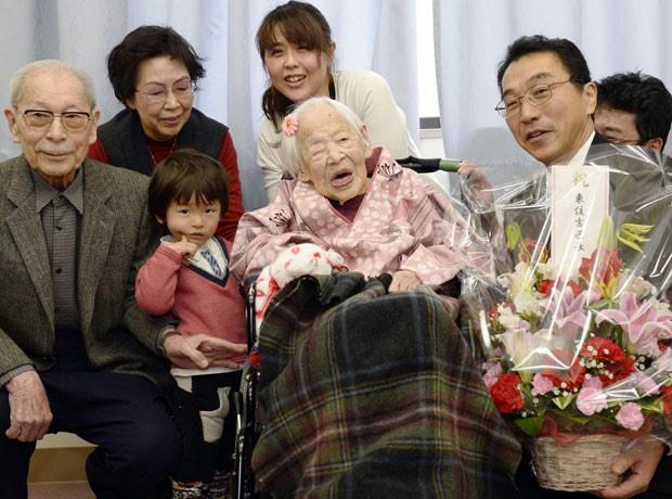 A japonesa Misao Okawa, reconhecida pelo Guinness Book, o livro dos recordes, como a pessoa mais velha do mundo, comemorou nesta quinta-feira (5) seu aniversário de 117 anos (Foto: Kyodo News/AP)