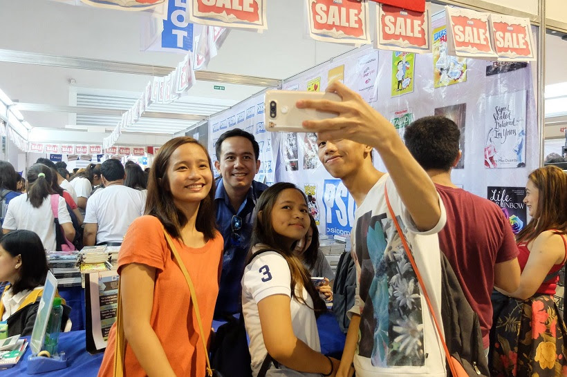 The VoiceMaster poses for a selfie with students who bought Gusto Kong Maging Voice Talent