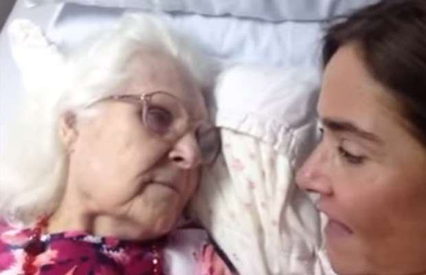Imagem mostra Kelly e a mãe conversando deitadas em uma cama (Foto: Reprodução/YouTube Kelly Gunderson)
