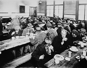 English: People eating at a soup kitchen. Mont...