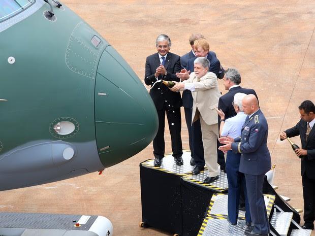 Ministro da Defesa, Celso Amorim participa de apresentação do avião de transporte militar KC-390 em Gavião Peixoto (Foto: Divulgação/ Embraer)