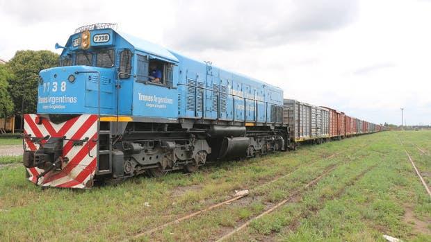 A punto de partir de la estación Ledesma, en Jujuy, la formación del Belgrano: una locomotora General Motors de la década del 70 y 13 vagones cargados de azúcar; por delante, tres semanas de marcha