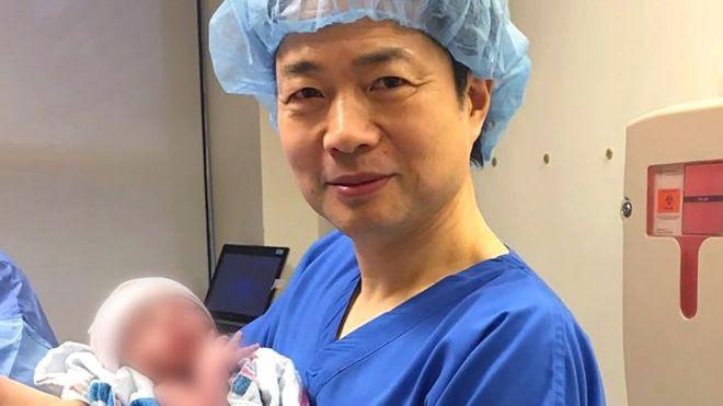 Dkt John Zhang akiwa na mtoto huyo