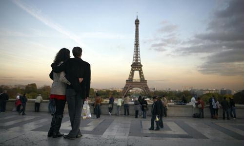 Casal em lua de mel em Paris