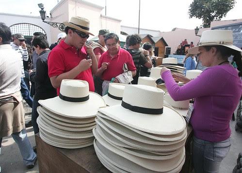 Venden sombreros de 'jipijapa' en puerta de Acho