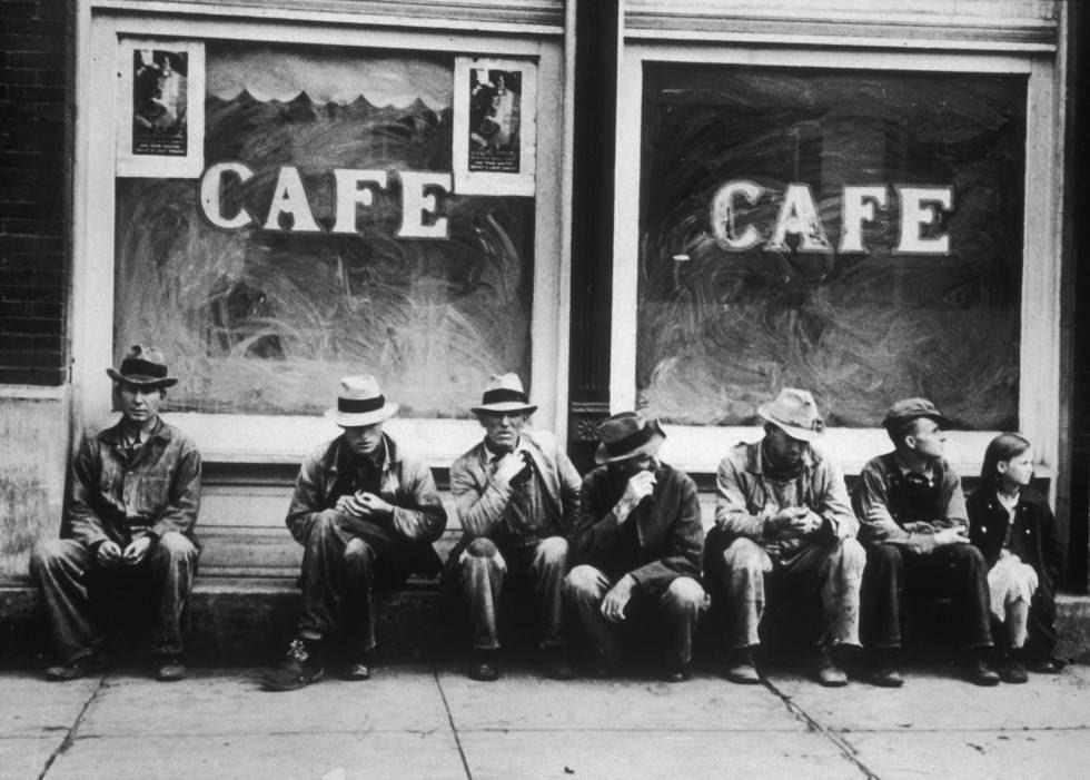 Desempleados a las puertas de un café en Ohio, durante la Gran Depresión.