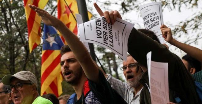 Manifestantes ante la sede del Tribunal Superior de Catalunya.   SUSANA VERA (REUTERS)